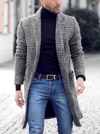 Cómo combinar: abrigo largo de pata de gallo gris, jersey de cuello alto negro, vaqueros pitillo azules, correa de cuero negra