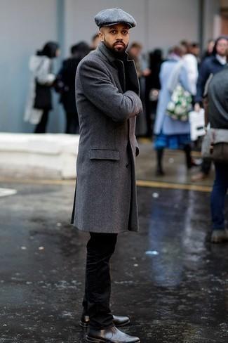 Outfits hombres: Intenta ponerse un abrigo largo gris y un pantalón chino negro para las 8 horas. ¿Te sientes valiente? Completa tu atuendo con botines chelsea de cuero en gris oscuro.