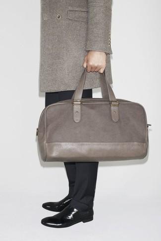 Cómo combinar un abrigo largo en gris oscuro: Intenta combinar un abrigo largo en gris oscuro con un pantalón de vestir negro para un perfil clásico y refinado. ¿Quieres elegir un zapato informal? Complementa tu atuendo con botines chelsea de cuero negros para el día.