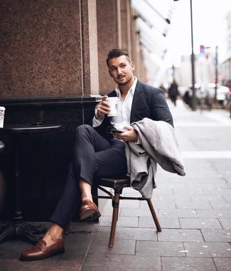 Cómo combinar: abrigo largo de espiguilla gris, traje en gris oscuro, camisa de vestir blanca, mocasín de cuero marrón