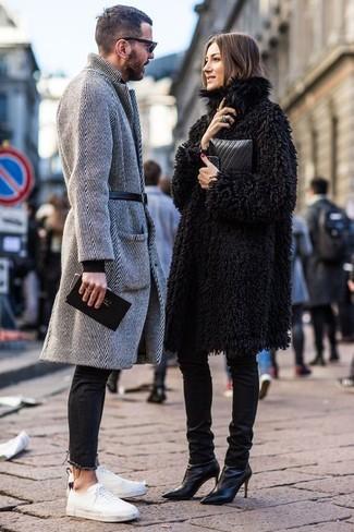 Cómo combinar un abrigo largo en gris oscuro: Para crear una apariencia para un almuerzo con amigos en el fin de semana empareja un abrigo largo en gris oscuro con unos vaqueros pitillo negros. ¿Quieres elegir un zapato informal? Elige un par de tenis de lona blancos para el día.