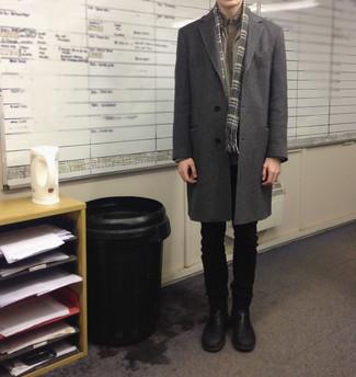 Cómo combinar unos vaqueros negros: Empareja un abrigo largo gris junto a unos vaqueros negros para el after office. Con el calzado, sé más clásico y completa tu atuendo con botines chelsea de cuero negros.