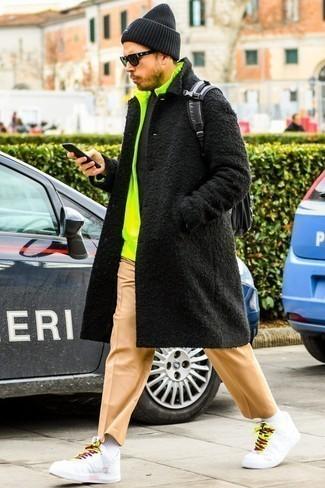 Cómo combinar una mochila negra: Para un atuendo tan cómodo como tu sillón opta por un abrigo largo negro y una mochila negra. Tenis de cuero blancos son una opción perfecta para completar este atuendo.