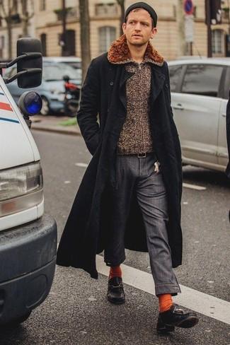 Cómo combinar: abrigo largo negro, jersey con cremallera marrón, pantalón chino en gris oscuro, náuticos de cuero negros