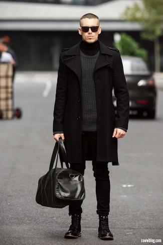 Look de moda Abrigo Largo Negro, Jersey con Cuello Barco Gris Oscuro, Jersey