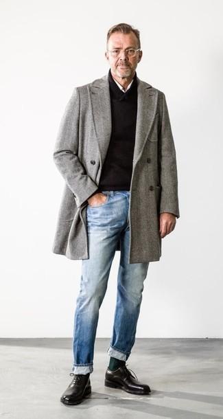 Cómo combinar un abrigo largo de espiguilla gris: Emparejar un abrigo largo de espiguilla gris con unos vaqueros celestes es una opción muy buena para un día en la oficina. Completa tu atuendo con zapatos oxford de cuero negros para mostrar tu inteligencia sartorial.