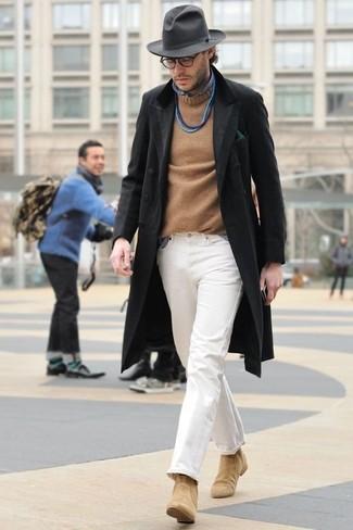 Equípate un abrigo largo negro junto a un jersey con cuello circular marrón claro para las 8 horas. Dale onda a tu ropa con botines chelsea de ante marrón claro.