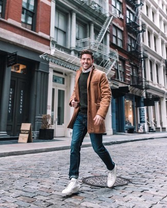 Cómo combinar: abrigo largo marrón claro, jersey con cuello circular en gris oscuro, camisa de manga larga blanca, vaqueros azules