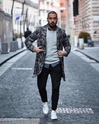 Cómo combinar: abrigo largo de tweed en negro y blanco, jersey con cuello circular gris, camisa de manga larga de cambray azul, pantalón chino negro