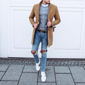Cómo combinar: abrigo largo marrón claro, jersey con cuello circular gris, camisa de manga larga blanca, vaqueros pitillo desgastados celestes