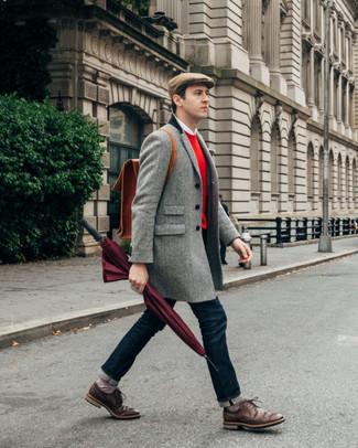 Cómo combinar: abrigo largo de espiguilla gris, jersey con cuello circular rojo, camisa de manga larga blanca, vaqueros azul marino