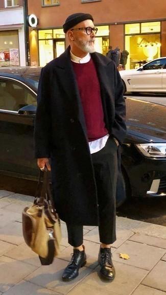 Cómo combinar unas botas formales de cuero negras: Elige un abrigo largo negro y un pantalón chino verde oscuro para el after office. ¿Por qué no ponerse botas formales de cuero negras a la combinación para dar una sensación más clásica?
