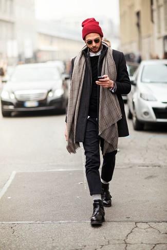 Cómo combinar una bufanda a cuadros gris: Elige por la comodidad con un abrigo largo en gris oscuro y una bufanda a cuadros gris. Con el calzado, sé más clásico y usa un par de botas casual de cuero negras.