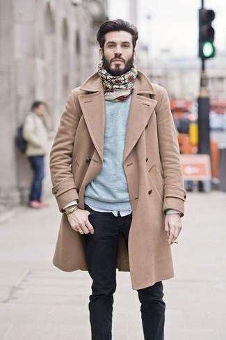 Cómo combinar: abrigo largo marrón claro, jersey con cuello circular celeste, camisa de manga larga blanca, vaqueros negros