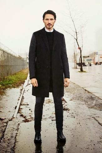 Cómo combinar un abrigo largo en gris oscuro: Si buscas un look en tendencia pero clásico, usa un abrigo largo en gris oscuro y unos vaqueros en gris oscuro. ¿Te sientes valiente? Opta por un par de botines chelsea de cuero negros.