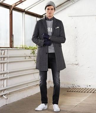 Cómo combinar un abrigo largo en gris oscuro: Opta por un abrigo largo en gris oscuro y unos vaqueros en gris oscuro para lograr un estilo informal elegante. ¿Quieres elegir un zapato informal? Elige un par de tenis de lona blancos para el día.
