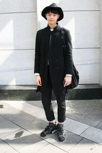 Moda para hombres adolescentes: Intenta combinar un abrigo largo negro con un pantalón chino negro para lograr un look de vestir pero no muy formal. Para darle un toque relax a tu outfit utiliza zapatillas altas de lona en gris oscuro.