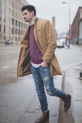 Cómo combinar unas botas casual de cuero en marrón oscuro para hombres de 20 años: Usa un abrigo largo marrón claro y unos vaqueros desgastados azules para una apariencia fácil de vestir para todos los días. Con el calzado, sé más clásico y usa un par de botas casual de cuero en marrón oscuro.