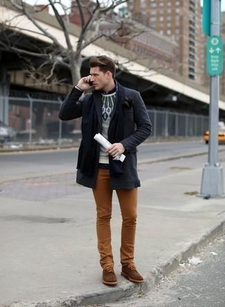 Cómo combinar unas botas safari de ante marrónes: Emparejar un abrigo largo en gris oscuro con un pantalón chino en tabaco es una opción muy buena para un día en la oficina. Si no quieres vestir totalmente formal, complementa tu atuendo con botas safari de ante marrónes.