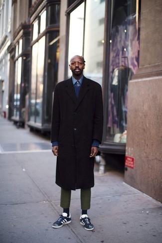 Cómo combinar un abrigo largo en marrón oscuro: Si buscas un estilo adecuado y a la moda, ponte un abrigo largo en marrón oscuro y un pantalón chino verde oliva. Mezcle diferentes estilos con tenis de ante en azul marino y blanco.