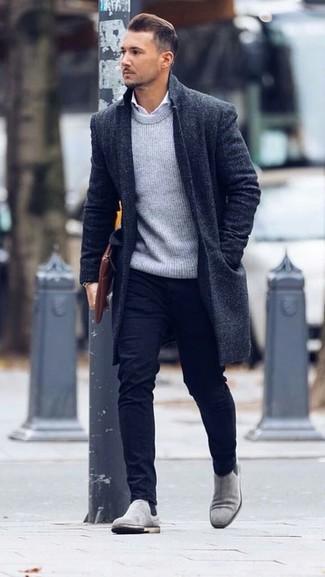 Cómo combinar un bolso con cremallera de cuero marrón: Haz de un abrigo largo negro y un bolso con cremallera de cuero marrón tu atuendo transmitirán una vibra libre y relajada. ¿Por qué no ponerse botines chelsea de ante grises a la combinación para dar una sensación más clásica?