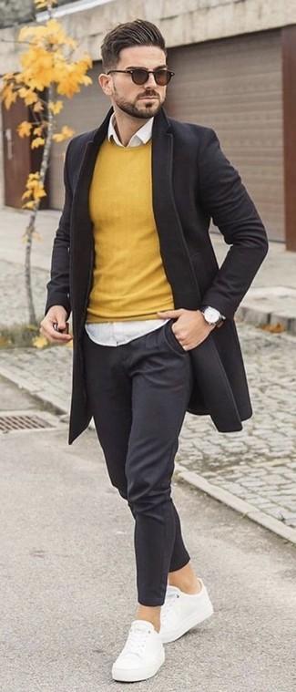 Cómo combinar: abrigo largo negro, jersey con cuello circular amarillo, camisa de vestir blanca, pantalón chino negro