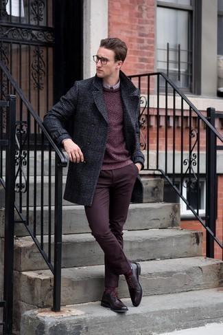 Cómo combinar unos calcetines burdeos: Mantén tu atuendo relajado con un abrigo largo de tartán en gris oscuro y unos calcetines burdeos. Con el calzado, sé más clásico y complementa tu atuendo con zapatos derby de cuero burdeos.