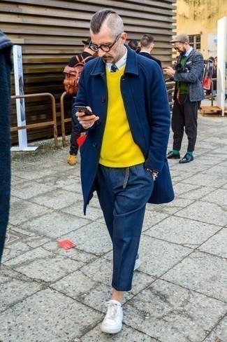 Look de moda: Abrigo largo azul marino, Jersey con cuello circular amarillo, Camisa de vestir blanca, Pantalón chino de lana azul marino
