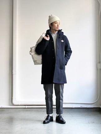 Cómo combinar un gorro blanco en otoño 2020: Para un atuendo tan cómodo como tu sillón elige un abrigo largo azul marino y un gorro blanco. ¿Te sientes valiente? Complementa tu atuendo con zapatos derby de cuero negros. Este atuendo es una idea genial para este otoño.