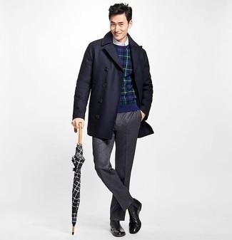 Cómo combinar un pantalón de vestir en gris oscuro: Utiliza un abrigo largo azul marino y un pantalón de vestir en gris oscuro para una apariencia clásica y elegante. Botines chelsea de cuero negros añadirán interés a un estilo clásico.