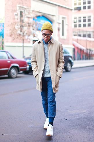 Cómo combinar: abrigo largo marrón claro, jersey con cuello circular gris, camisa vaquera azul, pantalón de chándal azul
