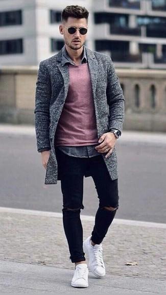 Cómo combinar: abrigo largo gris, jersey con cuello circular rosado, camisa vaquera gris, vaqueros pitillo desgastados negros