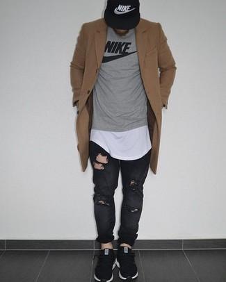 Cómo combinar: abrigo largo marrón claro, jersey con cuello circular estampado gris, camiseta con cuello circular blanca, vaqueros desgastados negros
