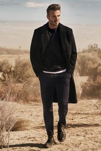 Look de David Beckham: Abrigo Largo Negro, Jersey con Cuello Circular Negro, Camiseta con Cuello Circular Blanca, Pantalón de Vestir Azul Marino