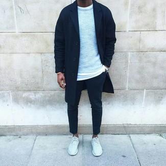 Un jersey con cuello circular gris de Anvil y un pantalón chino negro son prendas que debes tener en tu armario. ¿Por qué no añadir deportivas blancas a la combinación para dar una sensación más relajada?
