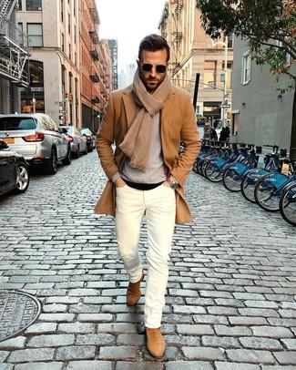 Cómo combinar: abrigo largo marrón claro, jersey con cuello circular gris, camiseta con cuello circular negra, vaqueros pitillo blancos