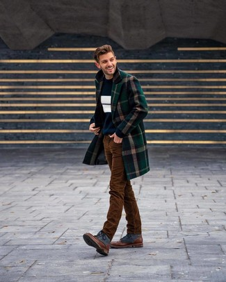 Cómo combinar: abrigo largo de tartán verde oscuro, jersey con cuello circular de rayas horizontales en azul marino y blanco, camiseta con cuello circular blanca, vaqueros de pana marrónes