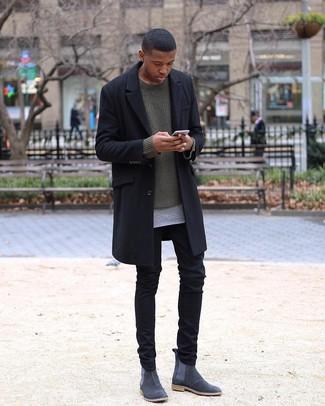 Cómo combinar una camiseta con cuello circular gris: Intenta combinar una camiseta con cuello circular gris con un pantalón chino negro para conseguir una apariencia relajada pero elegante. ¿Te sientes valiente? Elige un par de botines chelsea de ante en gris oscuro.
