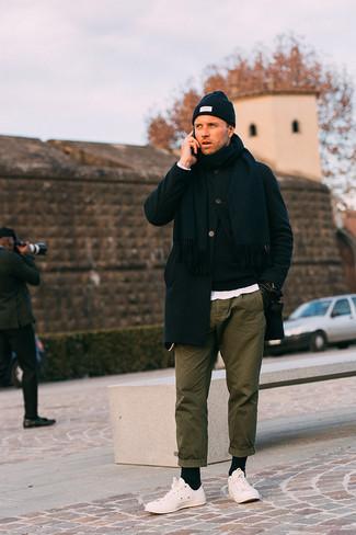 Cómo combinar unos tenis blancos: Equípate un abrigo largo negro con un pantalón chino verde oliva para después del trabajo. ¿Quieres elegir un zapato informal? Usa un par de tenis blancos para el día.
