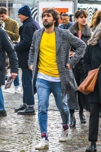 Cómo combinar un jersey con cuello circular amarillo: Casa un jersey con cuello circular amarillo junto a unos vaqueros desgastados azules para un look agradable de fin de semana. Tenis de cuero blancos son una forma sencilla de mejorar tu look.