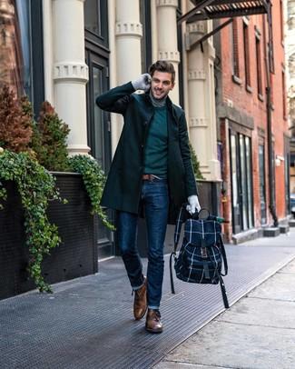 Look de moda: Abrigo largo verde oscuro, Jersey con cuello circular verde oscuro, Jersey de cuello alto gris, Vaqueros azul marino