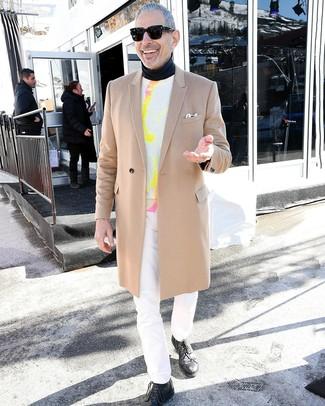 Cómo combinar: abrigo largo marrón claro, jersey con cuello circular efecto teñido anudado blanco, jersey de cuello alto negro, vaqueros blancos