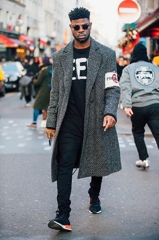 Cómo combinar: abrigo largo en gris oscuro, jersey con cuello circular estampado en negro y blanco, pantalón chino negro, deportivas azul marino