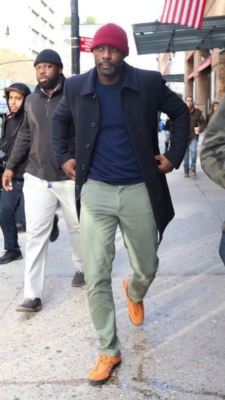 Look de Idris Elba: Abrigo Largo Azul Marino, Jersey con Cuello Circular Azul Marino, Pantalón Chino en Verde Menta, Tenis en Tabaco