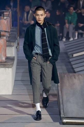 Cómo combinar: abrigo largo negro, jersey con cuello circular gris, pantalón chino a cuadros en blanco y negro, zapatos derby de cuero negros