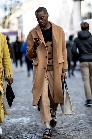 Cómo combinar: abrigo largo marrón claro, jersey con cuello circular estampado negro, pantalón chino marrón claro, deportivas negras