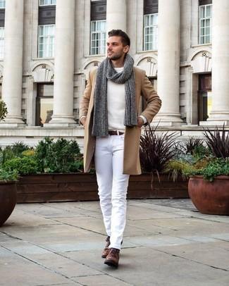 Cómo combinar: abrigo largo marrón claro, jersey con cuello circular blanco, pantalón chino blanco, botas safari de cuero marrónes