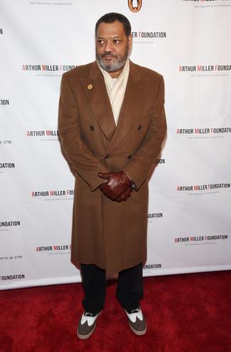 Cómo combinar: abrigo largo marrón, jersey con cuello circular blanco, pantalón chino negro, zapatos brogue de cuero marrónes