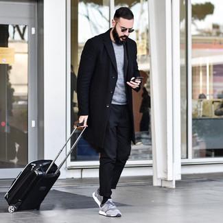 Cómo combinar: abrigo largo negro, jersey con cuello circular gris, pantalón chino negro, deportivas grises