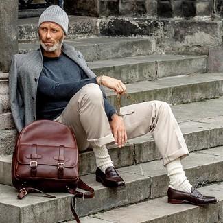 Cómo combinar una mochila de cuero burdeos: Un abrigo largo gris y una mochila de cuero burdeos son una opción perfecta para el fin de semana. Con el calzado, sé más clásico y opta por un par de mocasín de cuero en marrón oscuro.